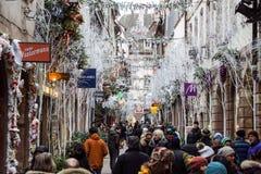 STRASBURGO, FRANCIA - 24 DICEMBRE 2017: Il Natale occupato commercializza Christkindlmarkt nella città regione di Strasburgo, l'A Immagine Stock Libera da Diritti