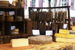 Strasburgo, l'Alsazia, Francia - 17 aprile 2019: Formaggi localmente fatti e carni curate sul mercato fotografia stock libera da diritti