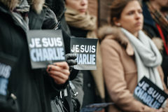 Strasburgo tiene la veglia silenziosa per quelle uccise nell'attacco di Parigi Immagini Stock