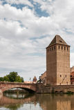 STRASSBURG, FRANCE/EUROPE - 17. JULI: Brücke über einem Kanal im str Lizenzfreies Stockbild