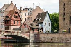 STRASSBURG, FRANCE/EUROPE - 17. JULI: Brücke über einem Kanal im str Lizenzfreies Stockfoto