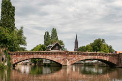STRASSBURG, FRANCE/EUROPE - 17. JULI: Brücke über einem Kanal im str Lizenzfreie Stockfotografie