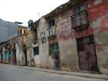 STRASSE MIT BESCHÄDIGTEN GEBÄUDEN UND FASSADEN, HAVANA, KUBA Lizenzfreie Stockfotografie