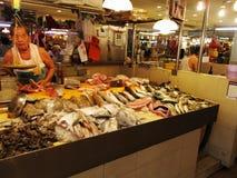 Strassenverkäufer der rohen Fische Stockfotos