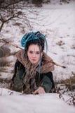 Strasząca Viking kobieta z kordzikiem w czerni salopie z futerkiem długo Portret marzycielska dziewczyna kobieta z błękitnymi wło fotografia royalty free