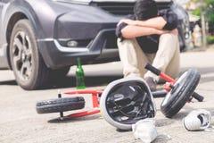 Straszący i stresujący się chmielny kierowca i desperacka butelka piwo przed samochodu trzaska samochodem z dziecko rowerem po ru zdjęcie stock