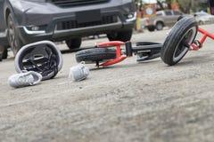 Straszący i stresujący się chmielny kierowca i desperacka butelka piwo przed samochodu trzaska samochodem z dziecko rowerem po ru fotografia stock