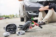 Straszący i stresujący się chmielny kierowca i desperacka butelka piwo przed samochodu trzaska samochodem z dziecko rowerem po ru zdjęcia stock
