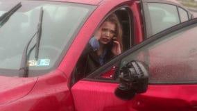 Strasz?ca dziewczyna opowiada na telefonie po tym jak wypadek samochodowy w deszczu, samoch?d b?dzie ?amany zbiory wideo
