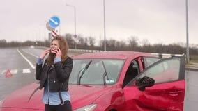 Strasz?ca dziewczyna opowiada na telefonie po tym jak wypadek samochodowy w deszczu, samoch?d b?dzie ?amany zbiory