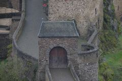 Straszna Średniowieczna Burg Eltz kasztelu brama obrazy stock
