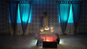 Straszna żywy trup dziewczyna w nightie z cioską jest przyglądająca dla ofiary, świętuje Halloween z śmiesznymi gniewnymi przeraż zbiory wideo