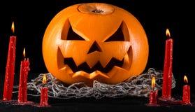 Straszna bania, dźwigarka lampion, dyniowy Halloween, czerwone świeczki na czarnym tle, Halloween temat, dyniowy zabójca obrazy stock
