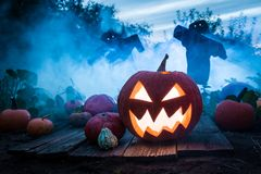 Straszna bania z strach na wróble na polu dla Halloween obraz stock