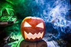 Straszna Halloweenowa bania z błękitem i zieleń dymimy fotografia royalty free