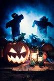 Straszna Halloweenowa bania z strach na wróble i błękitną mgłą zdjęcie royalty free