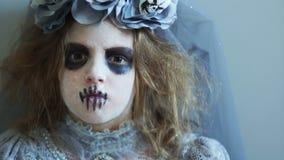 Straszna klamerka dla Halloween Dziewczyna w kostiumu nieżywy mężczyzna i makeup nagle otwiera ona uważnie oczy i gapienia zdjęcie wideo