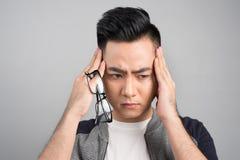 straszna migrena Sfrustowany młody człowiek dotyka jego kierowniczego z h obrazy stock