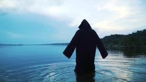 Straszna postać w czarnej salopie w rzece karnawał kostiumowy Venice zbiory wideo