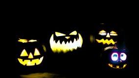 Straszne śmieszne gniewne duże pomarańczowe Halloween banie w ogieniu, mgła, zmrok, mgła, półmrok Bania exhales dym, oddycha kolo zbiory wideo