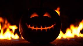 Straszni uśmiechnięci symbolu lampionu wyrazy twarzy na centrum rama Głowa bania w piekło ogieniu płonie i zbiory