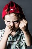Straszny dzieciak z piegami i kapeluszu tylnym boksem znęcać się i Zdjęcie Royalty Free