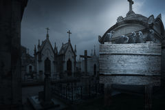 Straszny Halloween tło z wroną, grobowowie w postaci chpe Obraz Royalty Free