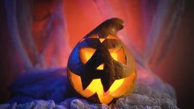 Straszny Halloweenowy Dyniowy patrzeć przez dymu Jarzący się, dymiący potwór bani od głębii piekło zbiory wideo