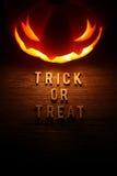 Straszny Halloweenowy tło z dźwigarki o lampionem Fotografia Stock