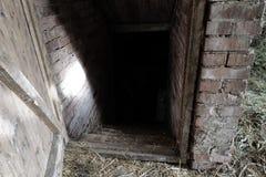 Straszny i Straszny Ciemny wejście Karmowa piwnica stajnia w wsi zdjęcia stock