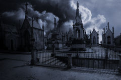 Straszny moonlit stary europejski cmentarz Zdjęcie Royalty Free