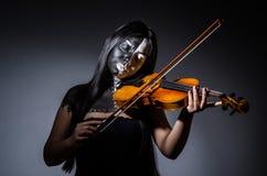 Straszny potwór bawić się violing Zdjęcie Royalty Free