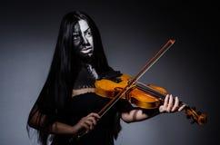 Straszny potwór bawić się violing Zdjęcia Royalty Free