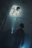 Straszny potwór na podsufitowym patrzeje puszku przy pracownikiem ochrony Zdjęcia Royalty Free