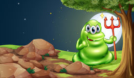 Straszny potwór trzyma śmiertelnego rozwidlenie pod drzewem Obraz Stock