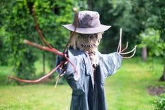Straszny strach na wróble w kapeluszu fotografia royalty free
