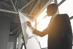 Stratégie corporate intelligente de planification d'homme d'affaires photographie stock