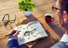 Stratégie de Brainstorming About Marketing d'homme d'affaires images stock