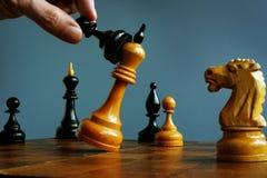 Stratégie de succès en concurrence Enjeu d'affaires Le gage gagne dans un jeu avec le roi image libre de droits