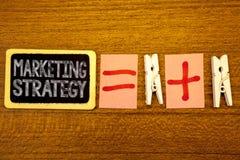 Stratégie marketing des textes d'écriture L'agrafe de livre blanc d'organisation pour la recherche de créativité de formule de pl Photos stock