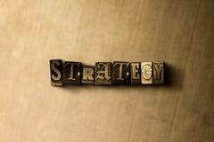 STRATÉGIE - plan rapproché de mot composé par vintage sale sur le contexte en métal Photos libres de droits