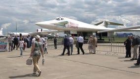 ` Stratégique supersonique de Nikolay Kuznetsov de ` du transporteur Tu-160 de bombardier-missile à MAKS-2017 banque de vidéos