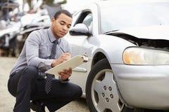 Strata nastawiacz Sprawdza samochód Wymagającego W wypadku obrazy stock
