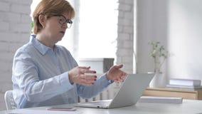 Strata, Sfrustowana stara kobieta Pracuje na laptopie zbiory wideo