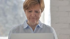 Strata, Sfrustowana stara kobieta Pracuje na laptopie zbiory