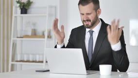 Strata, Sfrustowany biznesmen Pracuje na laptopie zbiory wideo