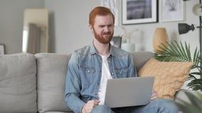 Strata, Sfrustowany Kreatywnie broda mężczyzna Pracuje na laptopie zdjęcie wideo