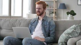 Strata, Sfrustowany Kreatywnie broda mężczyzna Pracuje na laptopie zbiory