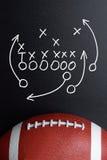 Strategi för fotbolllek som dras ut på ett kritabräde arkivfoto