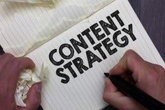 Strategi för innehåll för textteckenvisning Det begreppsmässiga fotoet skapar marknadsföringsplan genom att använda bra foto, och royaltyfria bilder